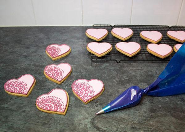 تصویر از طرز تهیه شیرینی کوکی ولنتاین قلبی با رویال آیسینگ + عکس تزیین