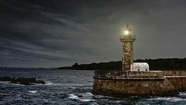 تصویر از عکس هایی زیبا و رویایی از فانوس های دریایی در روز و شب