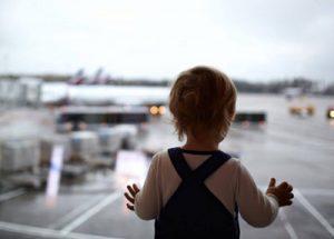 به سفر بروید ولی کودکتان را تنها نگذارید!