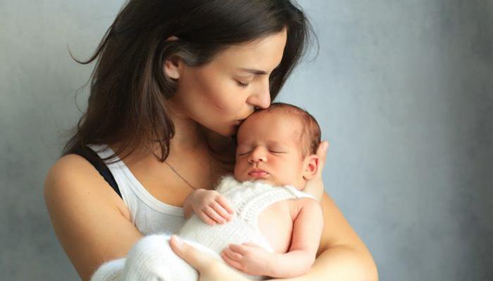 تصویر از بوسیدن نوزاد چه خطرهایی به دنبال دارد؟