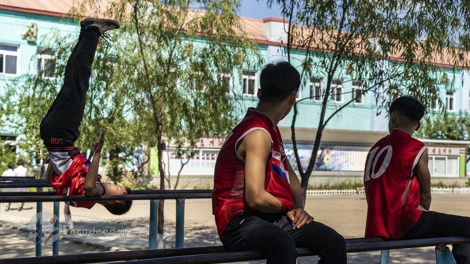 پسران مدرسه ای در Hoeryong مشغول تمرین ژیمناستیک در حیاط مدرسه
