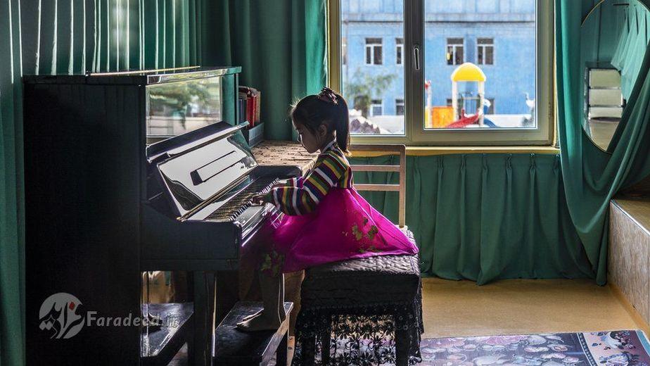 دختر بچه ی مهد کودکی در Chongjin مشغول نواختن پیانو
