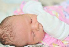 تصویر از علت چنگ زدن نوزاد به صورتش و روشهای پیشگیری
