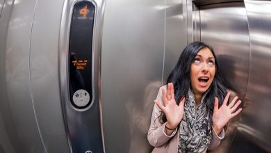 تصویر از هنگام گیر کردن در آسانسور چه کار کنیم و چگونه دیگران را مطلع سازیم؟