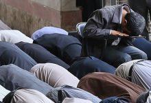 تصویر از آموزش خواندن نماز نشسته روی زمین و روی صندلی