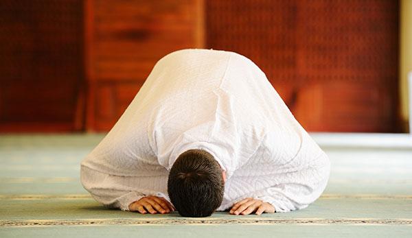چه دعاهای در سجده آخر نماز سفارش شده است؟